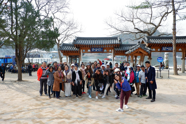 Sau khi đáp tại Sân bay Incheon, đoàn di chuyển đến nhà hàng mì Udong ăn sáng. Và tiếp tục hành trình ngày đầu tiên, khám phá đảo Nami