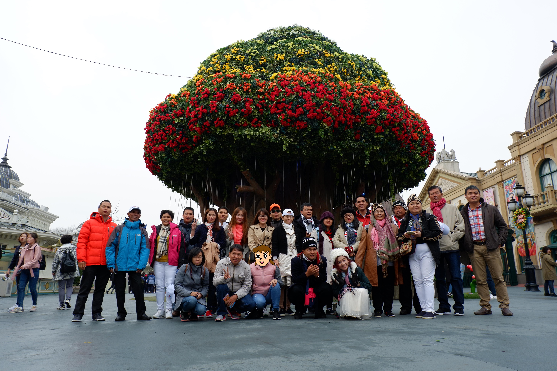Ngày 2 cả đoàn tham quan công viên giải trí evarland. Chơi tàu lượn siêu tốc trong thời tiết 3 độ C; Xem vườn thú quý hiếm, vườn hoa tu lip,...