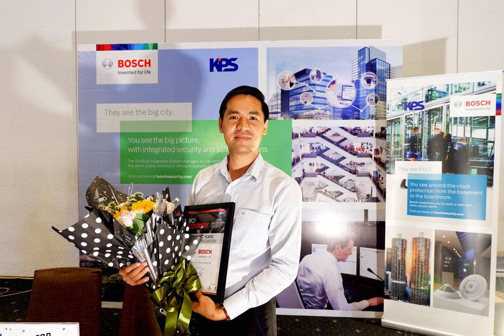 Giam doc KPS nhan giay chung nhan danh du tu ban to chuc BCI Equinox 2019